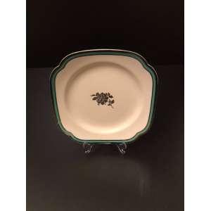 Spode England para Tiffany & Co. Antigo prato numerado. Medida de 22cm. <br /><br />História da Spode. A Spode é uma empresa de cerâmica baseada em Stoke-on-Trent que foi fundada por Josiah Spode (1733-1797) em 1770. Josiah Spode é renomado por aperfeiçoar a impressão de transferência azul sob esmalte em 1783-1784 - um desenvolvimento que levou ao lançamento em 1816 da gama italiana Blue da Spode, que permanece em produção desde então. Josiah Spode também é frequentemente creditado com o desenvolvimento de uma fórmula de sucesso para porcelana fina. Se isso é verdade ou não, seu filho, Josiah Spode II, foi certamente responsável pelo sucesso do marketing da porcelana inglesa. Hoje a Spode é de propriedade da Portmeirion Group, uma empresa de cerâmica e lares baseada em Stoke - on - Trent. Muitos itens nas gamas Blue Italian e Woodland da Spode são feitos na fábrica do Portmeirion Group em Stoke-on-Trent.<br /><br /><br><br>Old Tiffany dish, produced by Spode England. Measure of 22cm. <br /><br />Spode History. Spode is a Stoke - on - Trent based pottery company that was founded by Josiah Spode (1733-1797) in 1770. Josiah Spode is renowned for perfecting under - glaze blue transfer printing in 1783-1784 - a development that led to the launch in 1816 of Spode's Blue Italian range which has remained in production ever since. Josiah Spode is also often credited with developing a successful formula for fine bone china. Whether this is true or not, his son, Josiah Spode II, was certainly responsible for the successful marketing of English bone china. Today Spode is owned by Portmeirion Group, a pottery and homewares company based in Stoke - on - Trent. Many items in Spode's Blue Italian and Woodland ranges are made at Portmeirion Group's factory in Stoke-on-Trent.<br /><br />