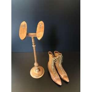 Antiquíssimo porta sapatos europeu. Acompanha lindo par de botas do mesmo período. Medida de 50cm de altura. <br /><br /><br><br>Old European shoe door. Comes with beautiful pair of boots from the same period. Measure of 50cm in height.