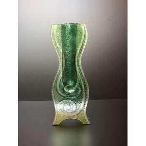 Vaso europeu em tons de verde feito a mão. Dimensão: 33cm de altura. <br /><br /><br><br>Wonderful European vase in shades of green. Dimension: 33cm high.