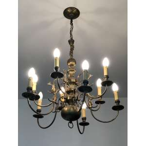 Maravilhoso lustre holandês com dez braços. Medida de 76cm de altura e 76cm de largura. <br /><br /><br><br>Wonderful Dutch chandelier with ten arms. Measure 76cm high and 76cm wide. <br />