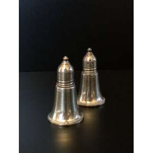 Par de saleiros Sterling Silver.<br />Medida de 7,5cm de altura.<br /><br />Pair of Sterling Silver salt shakers.<br />Measure of 7.5cm in height.<br /><br />