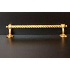 Robusto pendurador de bronze amarelo. Origem Alemã.<br />Medida de 46cm de comprimento.<br /><br />Robust yellow bronze pendant. German origin.<br />Measure of 46cm in length.