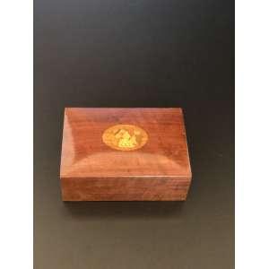 Delicada caixa de marchetaria com motivos de fruta.<br />Medida de 14cm x 9,5cm.<br /><br />Delicate marquetry box with fruit motifs.<br />Measure of 14cm x 9.5cm.