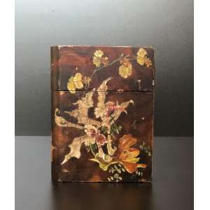 Ásia 1850-1899. Antiga caixa em formato de livro, papiermache, pintado a mão, com craquelados pela idade da peça.<br />Dimensões : 19cm x 14cm x 6,5cm<br /><br />Asia 1850-1899. Old box in book format, papiermache, hand painted, craquelados by the age of the piece.<br />Measures: 19cm x 14cm x 6.5cm