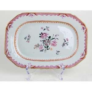 Travessa de porcelana Cia das Índias, decoração dita Famille Rose. 25 x 17cm. China, séc. XVIII