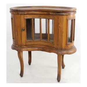 Móvel bar de madeira, forma recurva, contém laterais e porta de vidro também recurvos com varetas de madeira, Alt. 73 x 70 x 37cm. Início Séc. XX
