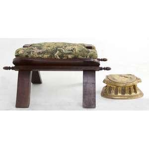 Lote contendo uma banqueta para camelos e uma peanha de madeira entalhada e dourada (peanha no estado/com cupins). Alt. 30 x 55 x 30 e 11 x 25 x 14cm., respectivamente.