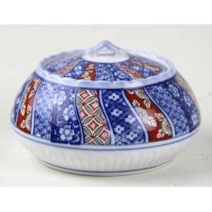 Pote de porcelana com decoração à maneira Imari, marca de 05 caracteres azuis sob a base. Alt. 08 x 12cm. Japão, séc. XX