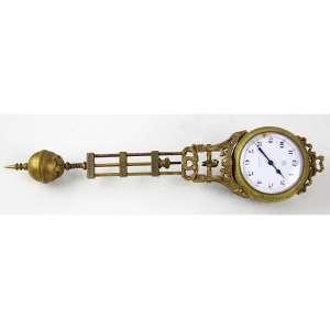 Relógio utilizado previamente em alguma escultura, estrutura de bronze com máquina à corda, mostrador de metal esmaltado, marca da manufatura Junghans. Comp. 25 x 06 x 03cm. Europa, início séc. XX (não testado / pode precisar revisão)