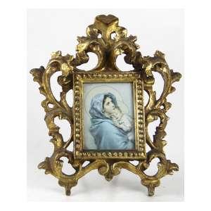 Porta-retratos com moldura de madeira ricamente entalhada e dourada. 22 x 18cm. Europa, início séc. XX