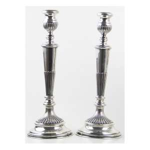 Par de castiçais de prata-de-lei, contraste ilegível, decorados com caneluras. Alt. 30 x 11cm. Início séc. XX