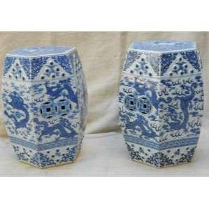 Par de gardens seats de porcelana, em formas sextavadas, nas tonalidades azul e branca, decorados com dragões estilizados. China início séc. XIX