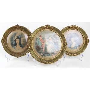 Lote contendo 03 estampas circulares representando cena idílica e figuras femininas. Diam. 22cm (total) e 19 cms os outros, respectivamente.