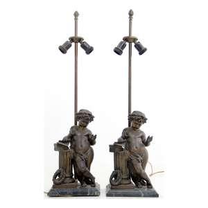 Par de abatjours com estrutura de bronze representando querubins com pergaminho sobre colunas, bases de pedra polida. Alt. 70 x 19 x 14cm. Europa, séc. XIX. (não acomoanham cúpulas)