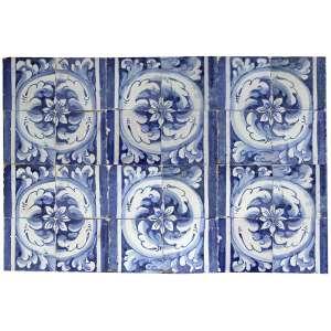 Painel contendo 24 azulejos portugueses, decorados nas tonalidades azul e branco. 56 x 85cm. Séc. XVII/XVIII