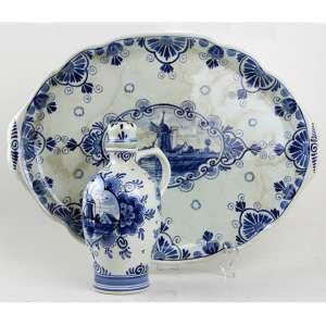 Jarro e travessa de faiança decorados com cenas holandesas nas tonalidades azul e branco, marca Delft - Erven Lucas Bols sob a base. Alt. 24 x 44 x 30cm. (total). Holanda, séc. XX