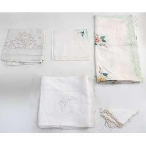 Lote contendo 03 toalhas de mesa com bordados (130x13cm branca, 120x120cm colorida, 115x110cm cinza/creme), 06 guardanapos coloridos (25x25cm) e 05 guardanapos brancos (28x28cm). ( com manchas)
