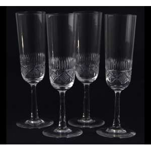 Jogo de 04 taças de cristal finamente lapidado para champagne. 18 x 07cm cada. Europa, início séc. XX .
