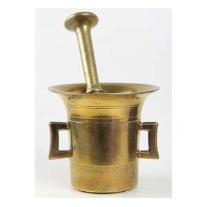Almofariz de bronze decorado com frisos e alças laterais, acompanha respectivo pistilo. Alt. 23 x 13cm. Início séc. XX