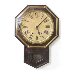 Relógio de parede, caixa de madeira nobre recortada de forma geométrica, parte superior oitavada, mostrador esmaltado, máquina à corda, marca da manufatura The New Haven Clock. 60 x 45cm. Nova Iorque, início séc. XX (pode precisar de revisão / não testado