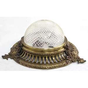 Luminária de teto, estrutura de petit bronze dourado, decorado com efígies nas laterais, cúpula de vidro lapidado. Alt. 25 x 55cm. Europa, início séc. XX (vidro com bicados internamente na borda )