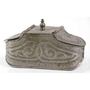 Caixa de metal com detalhes cinzelados, contém uma abertura em cada lateral. Alt. 09 x 17 x 06cm. Europa, séc. XX