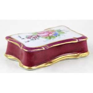 Caixa de porcelana na tonalidade rosa, decorada com douração e motivos florais em reservas. Alt. 03 x 11 x 07cm. França, séc. XX