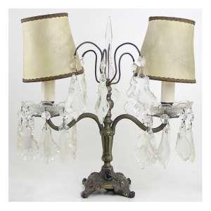 Luminária com estrutura de metal e pingentes de cristal lapidado, cúpulas de tecido. Alt. 36 x 17cm. Início séc. XX (não testada)