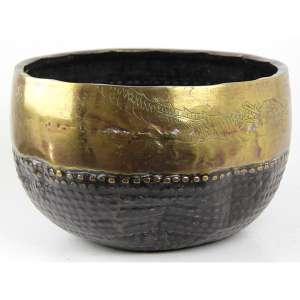 Cachepot de metal repuxado, decorado com borda dourada e figura de dragão em baixo relevo. Alt. 17 x 27cm. Japão, séc. XIX/XX ( com batiadas no bojo )