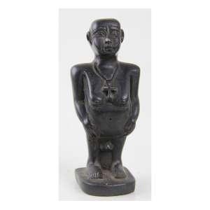 JOLC, Estatueta de pedra esculpida representando divindade egípicia. Alt. 13 x 06 x 04cm