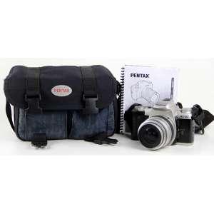 Máquina fotográfica analógica da manufatura Pentax, contendo estojo original e manual de instruções. 15 x 23 x 17cm. (estojo) (não testada/pode precisar de revisão)