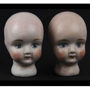 Lote contendo 02 cabeças de bonecas de porcelana patinadas. Alt. 08 x 05 x 06cm cada. Início séc. XX