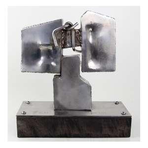 VLAVIANOS, Escultura de aço e bronze em forma abstrata, série 8/20, sobre base de madeira. Alt. 18 x 26 x 11cm. Datada 1975