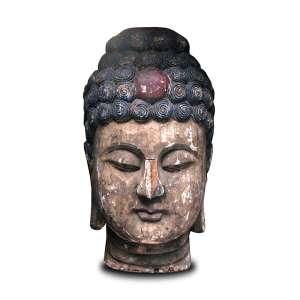 Grande escultura de madeira oriental ricamente entalhada e policromada representando cabeça de Buda. Alt. 120 x 70 x 60cm. Ásia, séc. XIX (parte do nariz fragmentada)
