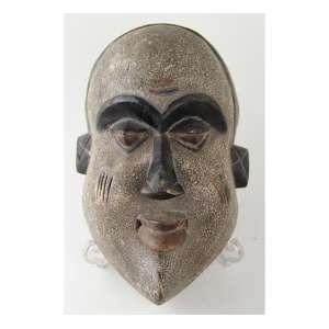 Máscara de madeira entalhada e policromada. Alt. 18 x 32 x 20cm. África, início séc. XX