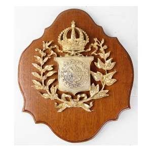 Brasão Imperial de bronze com douração, sobre placa de madeira recortada. 33 x 27cm.