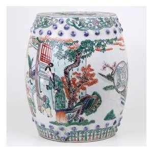 Tamborete de porcelana japonesa Kutani, decorado com figuras em cenas do cotidiano. Selo vermelho sob a base. Alt. 25 cm. Japão meados séc. XX