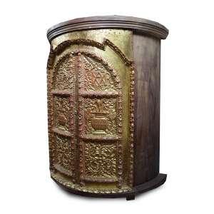 Armário com estrutura de madeira, portas côncavas de correr com rico trabalho de entalhe e douração, ornamentado com folhagens estilizadas. Alt. 176 x 155 x 60cm. Peru, séc. XVIII/XI ( somente as portas são antigos ).