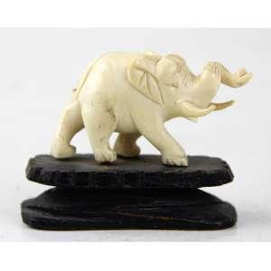 Estatueta de marfim esculpido representando elefante, sobre base de madeira. Alt. 06 x 07 x 03cm. China, Inicio séc. XX.
