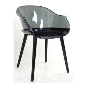 Cadeira de acrílico na tonalidade preta e fumê, design à maneira Charles Eames. Alt. 80 x 58 x 54cm.