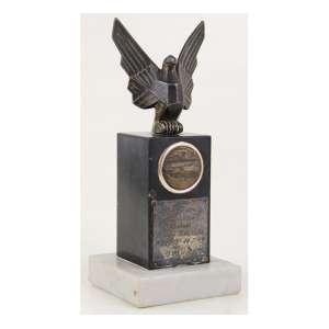 Troféu com estrutura de pedra e figura de bronze - Prova dos Cronistas - Prêmio Wilson Fittipaldi - 1964 - 5o lugar. Alt. 19 x 08 x 08cm.