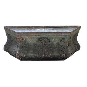 Aparador suspenso de madeira entalhada e patinada, adornado com folhagens e volutas. Alt. 37 x 95 x 36cm. Brasil, séc. XIX