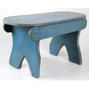 Banqueta de madeira recortada e patinada na tonalidade azul. 21 x 40 x 17cm. (precisa refixar)