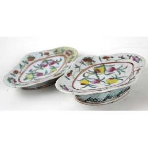 Lote contendo dois covilhetes de porcelana decorados com frutos esmaltados. 04x19x13cm e 03x17x10cm. China, séc. XIX (o menorc/ restauro)