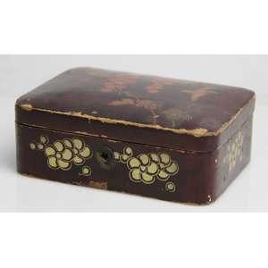 Caixa de madeira com laca, decorada com frutos e pássaros. Japão iníc. séc. XX ( precisa pequenos restauros) alt. 5x11,5x16cm.
