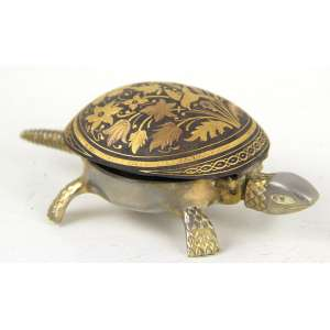 Campainha de mesa de metal dourado e patinado, representando figura de tartaruga. Alt. 05 x 14 x 07cm. (não testado / pode precisar de revisão)