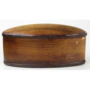 Caixa de madeira em forma geométrica, tampa abaulada. 12 x 22 x 08cm. Séc. XX (com pequenos lascados)