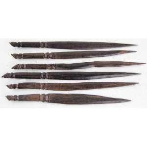 Lote contendo 06 lâminas de jacarandá entalhado, extremidades decoradas com figas. Comp. 27 x 02cm. Brasil, década 50/60