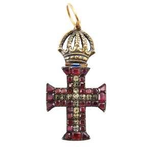 """<b>Ordem de Nosso Senhor Jesus Cristo - Insígnia Miniatura de Cavaleiro - séc. XIX</b><br><br>prata vermeil, granadas ou ametistas """"forradas"""" imitando granadas, e outras pedras, provavelmente crisólitas ou """"minas novas"""" (quartzos e topázios). Anverso com cruz da Ordem de Cristo ornada por granadas vermelhas formando hastes rematadas por pequenos triângulos truncados e invertidos, sustentando pequena cruz latina cravejada com pedras, topo com coroa imperial e grande anel. Reverso com acabamento em metal liso na cruz e pequeno passador de fita horizontal na coroa<br><br>4,5 x 2,4 cm - 8 g"""