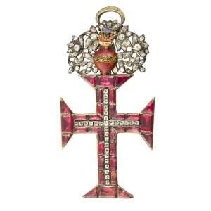 """<b>Ordem de Nosso Senhor Jesus Cristo - Insígnia de Dignitário ou de Comendador - século XIX</b><br><br>ouro, granadas ou ametistas """"forradas"""" imitando granadas e outras pedras, provavelmente crisólitas ou """"minas novas"""" (quartzos e topázios). No anverso, cruz da Ordem de Cristo cravejada com granadas centralizando cruz latina ornada por pedras, encimada por adorno ovalado, vazado e ornado com Sagrado Coração inflamado atravessado por coroa de espinhos em esmalte verde e pequena argola no topo. Reverso com acabamento da cruz e do adorno em metal liso (adorno do topo de época possivelmente posterior)<br><br>8,5 x 4 cm - 40 g"""